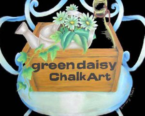 greendaisy ChalkArt屋号:デイジーをほんのり緑にしました。屋号には花の名前を付けたかったので、デイジーという名前を入れ、アンティーク調の椅子、箱、ジョウロなどと緑の植物を一緒に描きました。