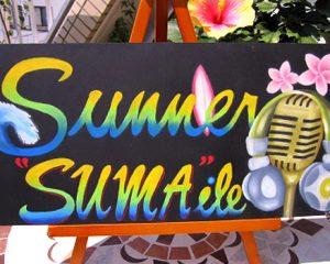サマースマイル:須磨海岸で行われた、学生主催のDJイベントの看板をご依頼いただきました。 「サマースマイル」のスマと須磨を掛けました。 サマーのSの字の先は大きな波になっています。